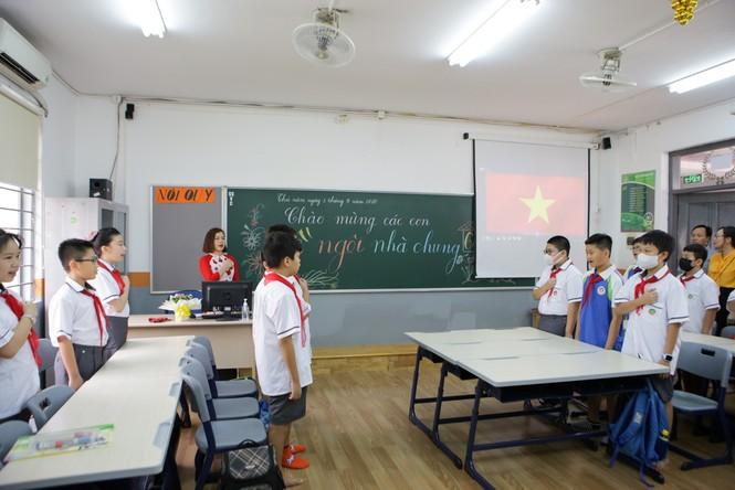 Học sinh Hà Nội tựu trường sau kỳ nghỉ hè 'đặc biệt' - ảnh 11