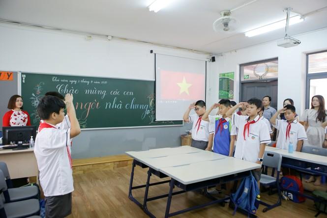Học sinh Hà Nội tựu trường sau kỳ nghỉ hè 'đặc biệt' - ảnh 10