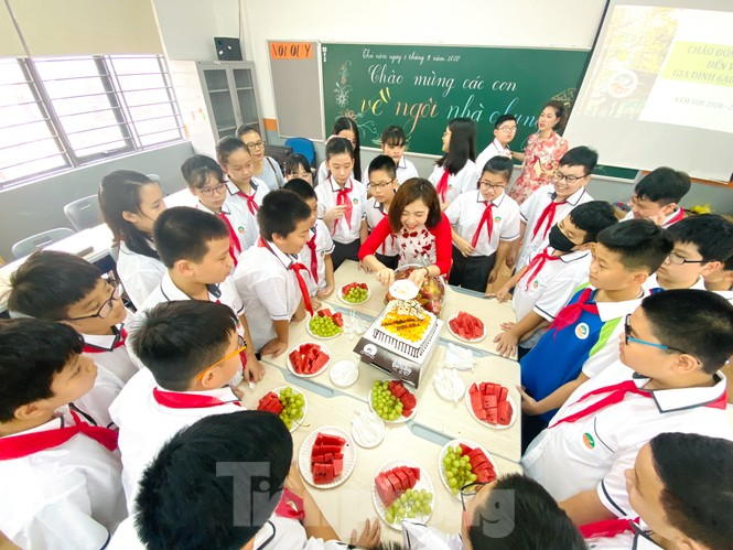 Học sinh Hà Nội tựu trường sau kỳ nghỉ hè 'đặc biệt' - ảnh 12