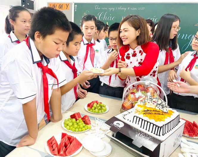 Học sinh Hà Nội tựu trường sau kỳ nghỉ hè 'đặc biệt' - ảnh 13