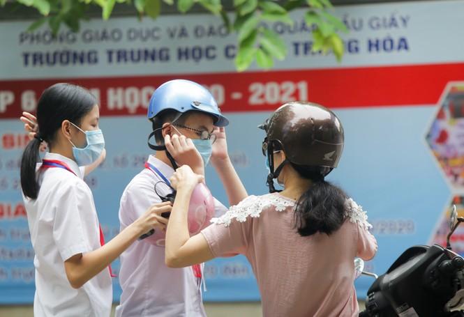 Học sinh Hà Nội tựu trường sau kỳ nghỉ hè 'đặc biệt' - ảnh 8