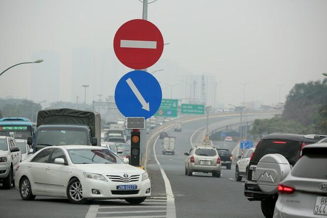 Hàng đoàn ô tô nối đuôi nhau lên cầu Thăng Long trong ngày thông cầu - ảnh 9