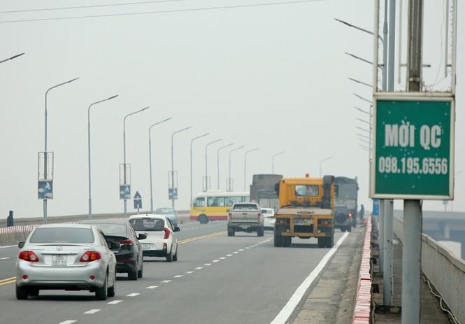 Hàng đoàn ô tô nối đuôi nhau lên cầu Thăng Long trong ngày thông cầu - ảnh 3