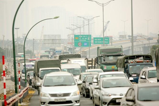 Hàng đoàn ô tô nối đuôi nhau lên cầu Thăng Long trong ngày thông cầu - ảnh 4