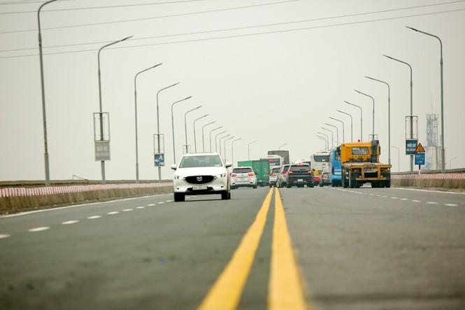 Hàng đoàn ô tô nối đuôi nhau lên cầu Thăng Long trong ngày thông cầu - ảnh 2