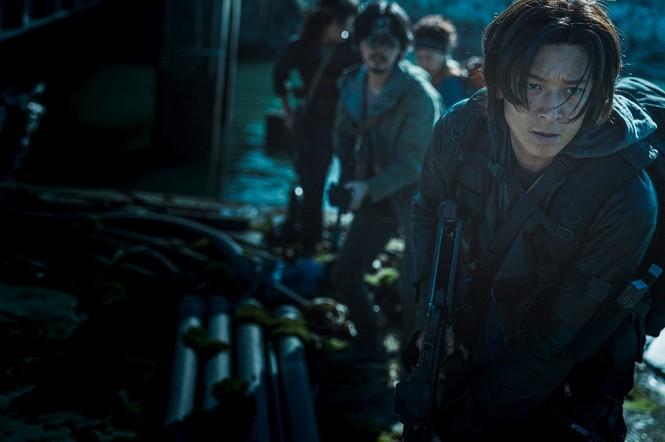 """""""Train to Busan 2"""": Người sống sót, lũ điên loạn, kẻ hoang đàng, ai thoát khỏi thây ma? - ảnh 2"""