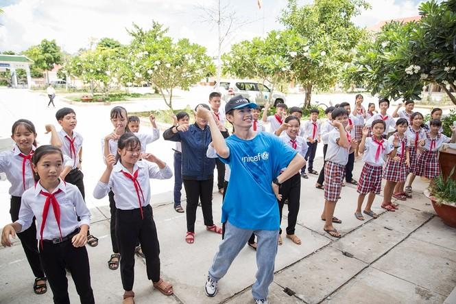 """Nhờ thành công của """"Vũ điệu rửa tay"""", Quang Đăng được mời làm thiện nguyện cùng UNICEF - ảnh 1"""