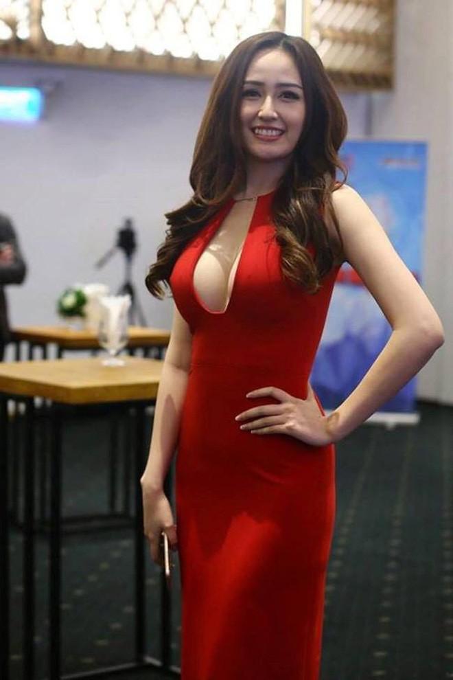 """Khán giả """"lo ngay ngáy"""" nhìn Mai Phương Thúy mặc áo hờ hững khoe ngực đầy - ảnh 5"""