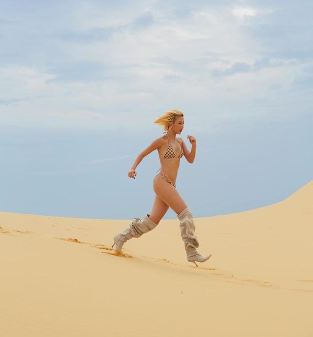 Phát ngốt khi nhìn Quỳnh Anh Shyn phá cách diện bikini cùng boot cao sát gối - ảnh 3