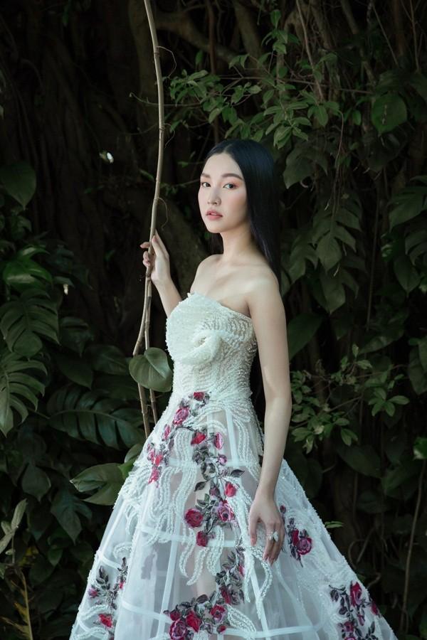 """Giữa một rừng mỹ nhân nóng bỏng, """"nàng thơ xứ Huế"""" Ngọc Trân như cơn gió mát lành - ảnh 1"""