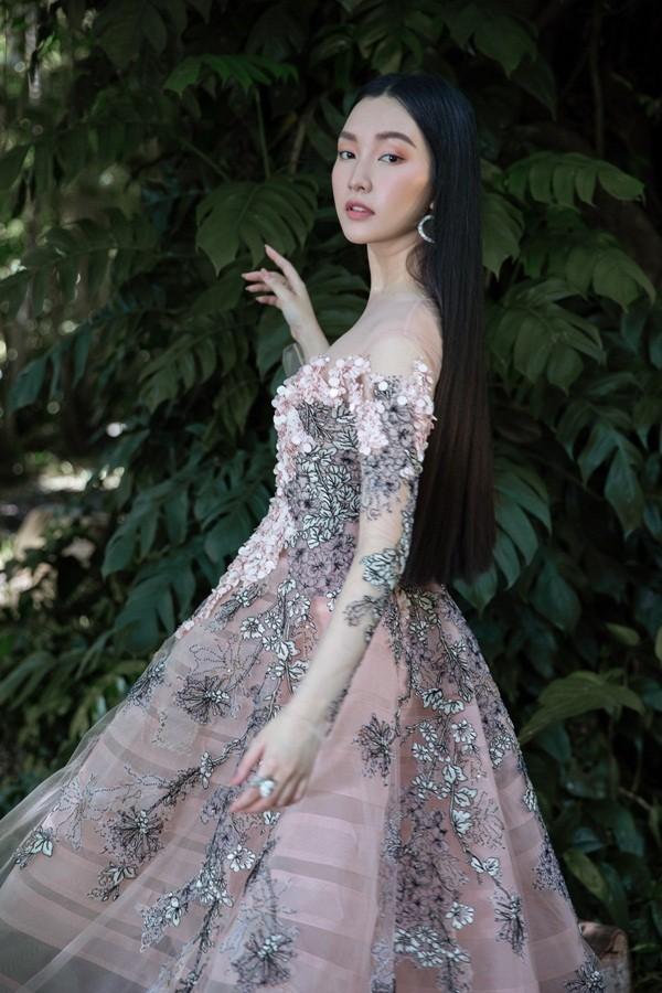 """Giữa một rừng mỹ nhân nóng bỏng, """"nàng thơ xứ Huế"""" Ngọc Trân như cơn gió mát lành - ảnh 2"""