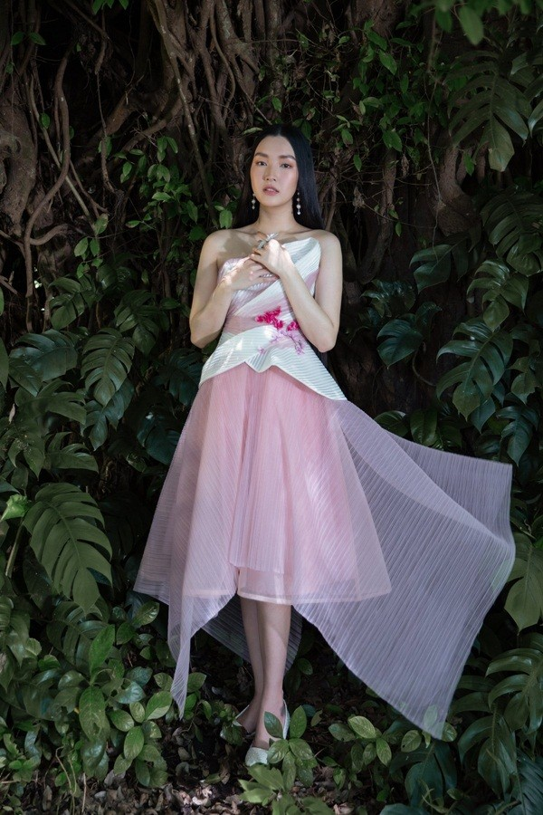 """Giữa một rừng mỹ nhân nóng bỏng, """"nàng thơ xứ Huế"""" Ngọc Trân như cơn gió mát lành - ảnh 3"""