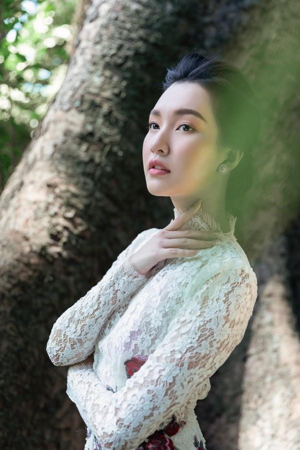 """Giữa một rừng mỹ nhân nóng bỏng, """"nàng thơ xứ Huế"""" Ngọc Trân như cơn gió mát lành - ảnh 6"""