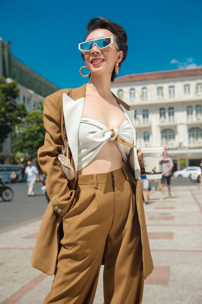 Thu Trang sang chảnh xuống phố, tóc ngắn cá tính mà vẫn đẹp rạng ngời - ảnh 1