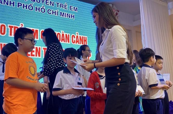 """Không chỉ là """"rich kid"""" mê hàng hiệu, Tiên Nguyễn còn tích cực làm từ thiện - ảnh 1"""