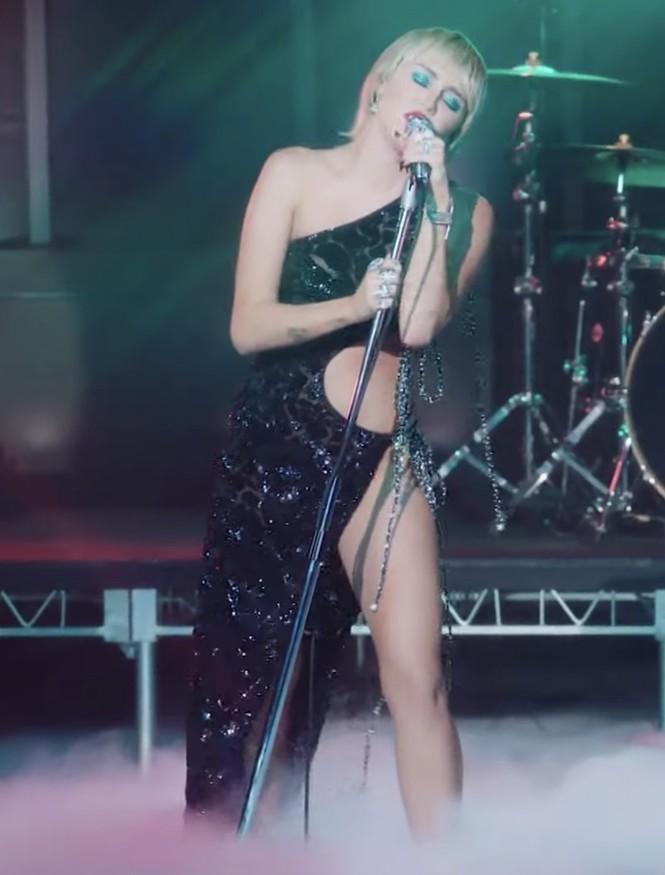Miley Cyrus sexy quyến rũ bộ phần trong mẫu đầm hở hang mà không phô phang của Công Trí - ảnh 2