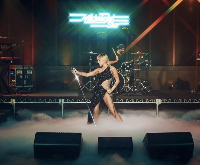 Miley Cyrus sexy quyến rũ bộ phần trong mẫu đầm hở hang mà không phô phang của Công Trí - ảnh 3