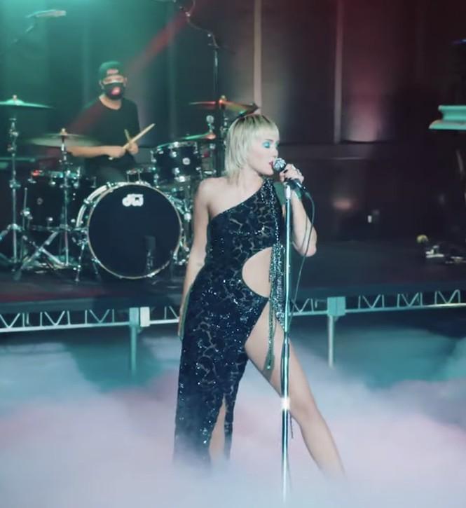 Miley Cyrus sexy quyến rũ bộ phần trong mẫu đầm hở hang mà không phô phang của Công Trí - ảnh 1