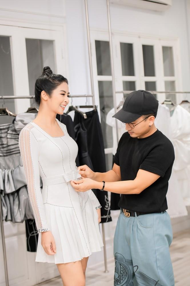 Ngọc Hân, chị em Á hậu Trà My - Thanh Tú rủ nhau shopping gây quỹ ủng hộ miền Trung - ảnh 3