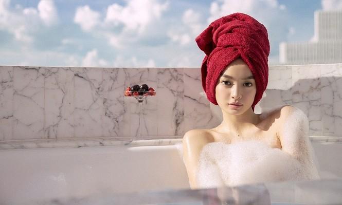 Kaity Nguyễn tắm bán nude, không lộ hàng mà vẫn nóng bỏng - ảnh 4