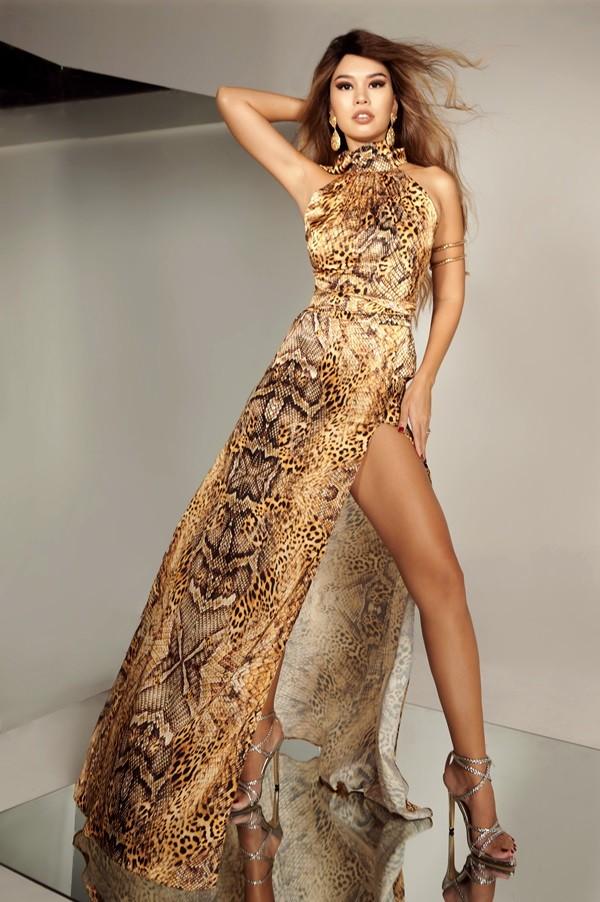 """Không hổ danh là """"nữ hoàng quyến rũ"""", Hà Anh diện đẹp những mẫu váy hở đến thót tim  - ảnh 1"""