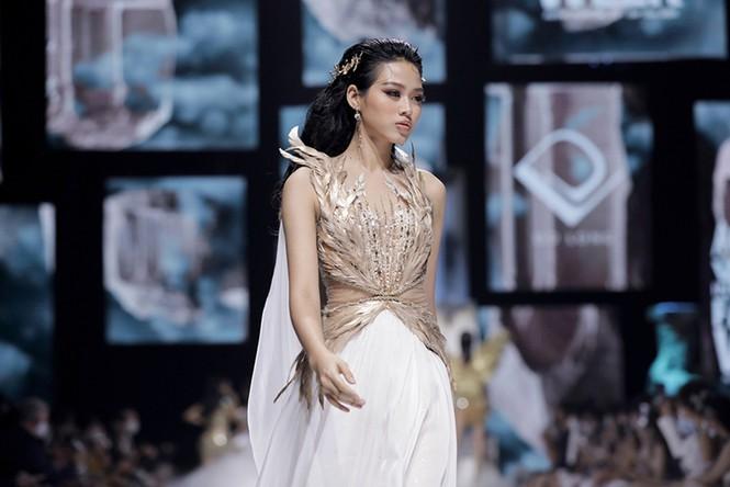 Sau hơn một tháng đăng quang, Hoa hậu Đỗ Thị Hà diễn đẹp như người mẫu chuyên nghiệp - ảnh 3
