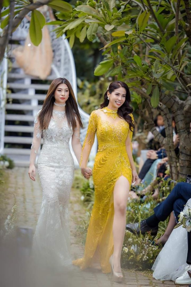 Sau hơn 10 năm xa cách, Lý Hương và con gái đã được nắm tay nhau trên sàn catwalk - ảnh 1