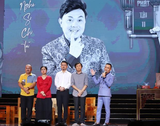 Khán giả nhói lòng khi nhìn nghệ sĩ Hoài Linh nén đau đớn đi diễn trở lại - ảnh 1