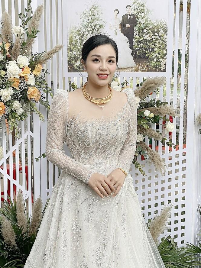 Không chỉ chi mạnh tiền, cầu thủ Bùi Tiến Dũng còn lên ý tưởng thiết kế váy cưới tặng vợ - ảnh 4