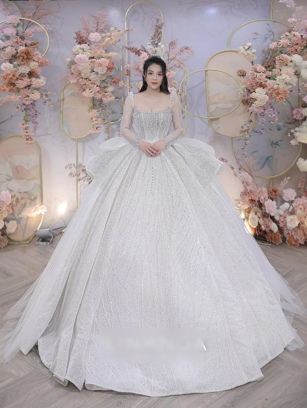 Không chỉ chi mạnh tiền, cầu thủ Bùi Tiến Dũng còn lên ý tưởng thiết kế váy cưới tặng vợ - ảnh 5
