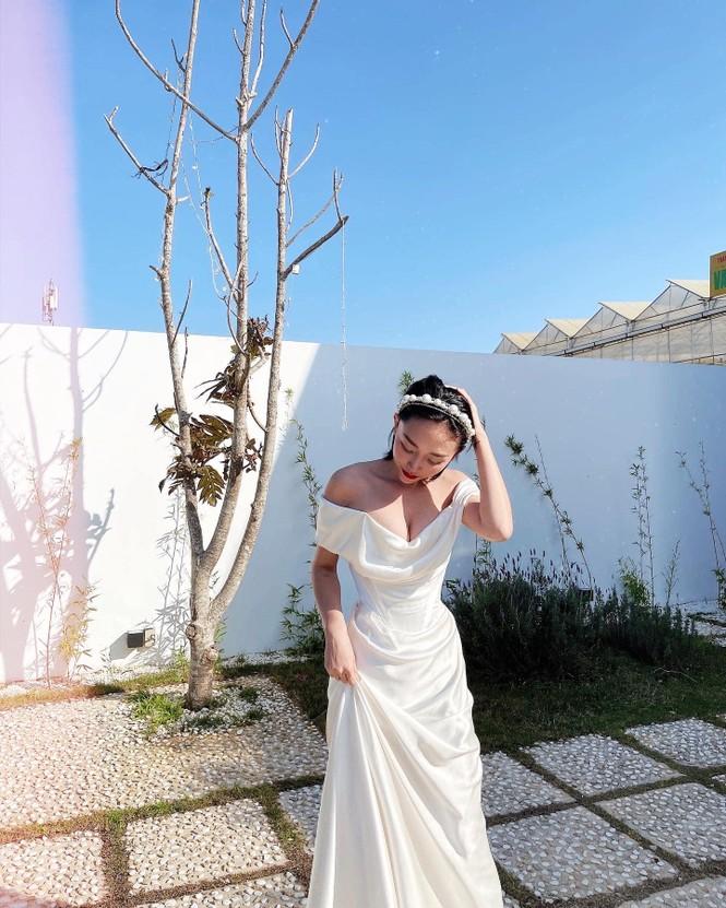 Kỷ niệm 1 năm kết hôn, Tóc Tiên mặc lại váy cưới cũ khoe khéo vòng 1 căng đầy - ảnh 1