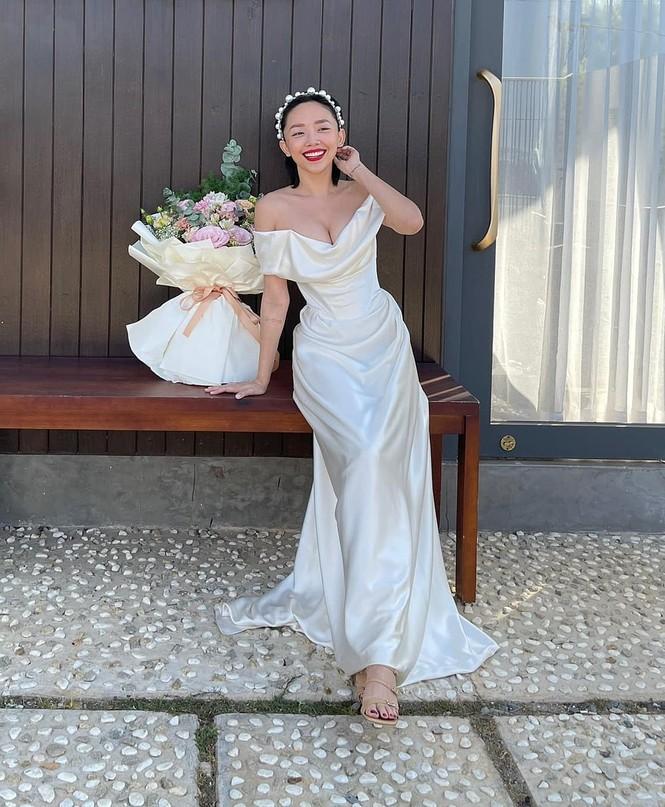 Kỷ niệm 1 năm kết hôn, Tóc Tiên mặc lại váy cưới cũ khoe khéo vòng 1 căng đầy - ảnh 2