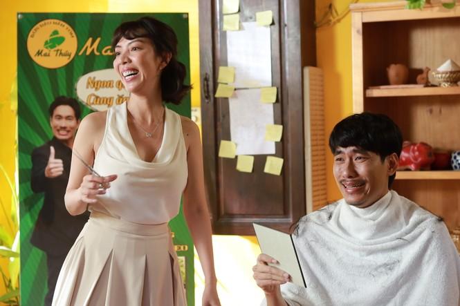 """Thu Trang hóa """"bà cô ế"""" bế Kiều Minh Tuấn chạy trốn đầu năm - ảnh 5"""
