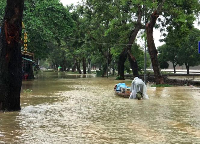 Hàng loạt trường ở miền Trung cho sinh viên nghỉ học vì lũ lụt - ảnh 1