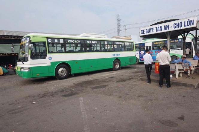 Nữ sinh viên là F1 về quê, tỉnh Long An phải truy tìm hành khách trên xe buýt - ảnh 1