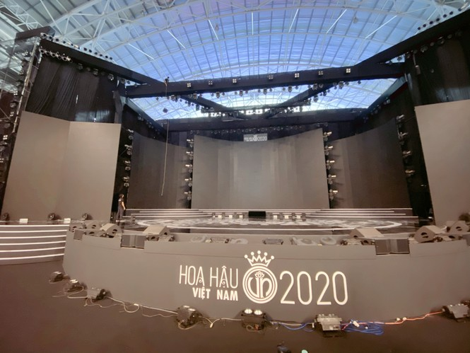 """Toàn cảnh sân khấu hoành tráng của đêm Chung kết Hoa Hậu Việt Nam 2020 trước """"giờ G"""" - ảnh 3"""