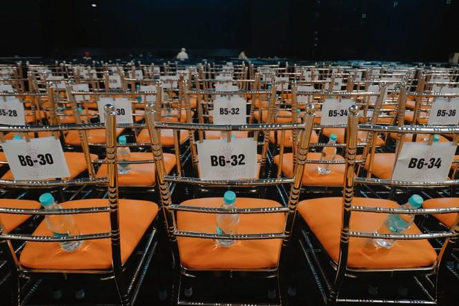 """Toàn cảnh sân khấu hoành tráng của đêm Chung kết Hoa Hậu Việt Nam 2020 trước """"giờ G"""" - ảnh 8"""