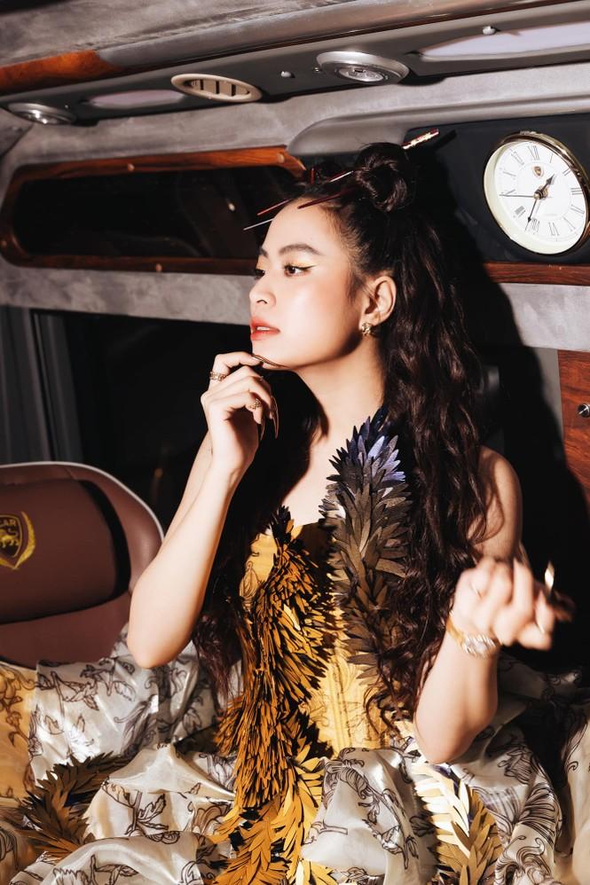 Hoàng Thùy Linh tỏa sáng khi diện trang phục lộng lẫy, lấy cảm hứng từ phượng hoàng - ảnh 3