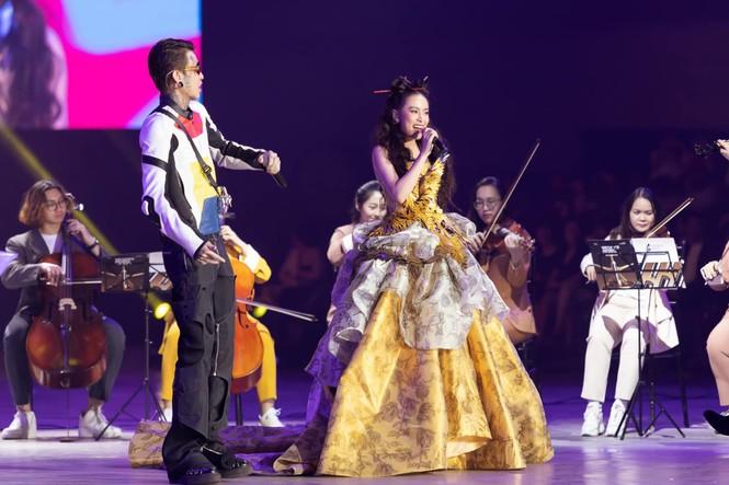 Hoàng Thùy Linh tỏa sáng khi diện trang phục lộng lẫy, lấy cảm hứng từ phượng hoàng - ảnh 1
