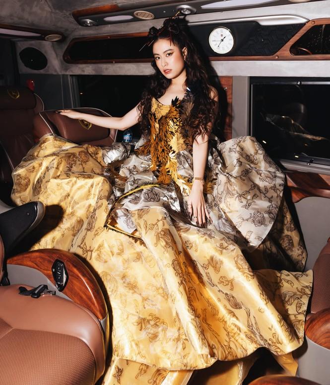 Hoàng Thùy Linh tỏa sáng khi diện trang phục lộng lẫy, lấy cảm hứng từ phượng hoàng - ảnh 2