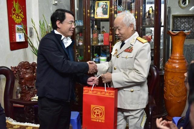 Hà Nội tặng quà Tết các gia đình chính sách, lão thành cách mạng - ảnh 2