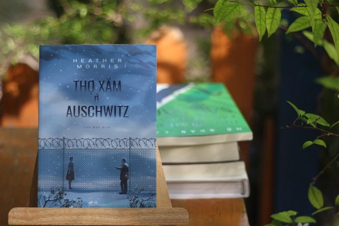 """""""Thợ xăm ở Auschwitz"""": Phẩm giá và tình người trong nghịch cảnh - ảnh 1"""