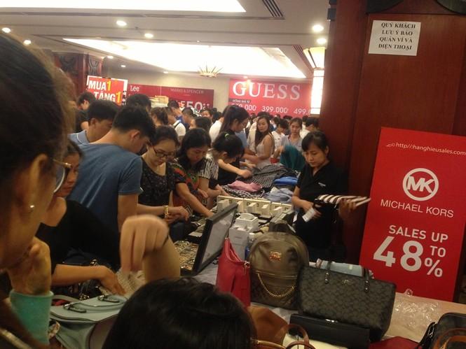 Black Friday: Chen lấn săn hàng giảm giá trong đêm Sài Gòn - ảnh 3