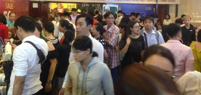 Black Friday: Chen lấn săn hàng giảm giá trong đêm Sài Gòn - ảnh 4
