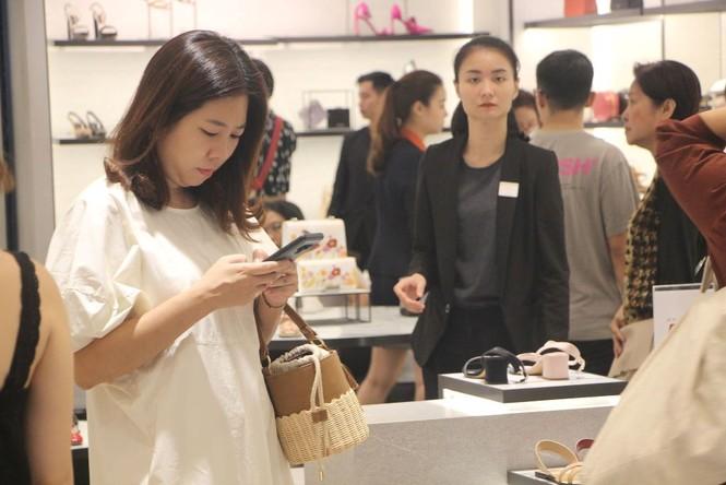 Dân sài Gòn 'ngẩn tò te' với hàng giảm giá Black Friday - ảnh 11