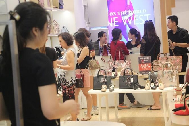 Dân sài Gòn 'ngẩn tò te' với hàng giảm giá Black Friday - ảnh 1