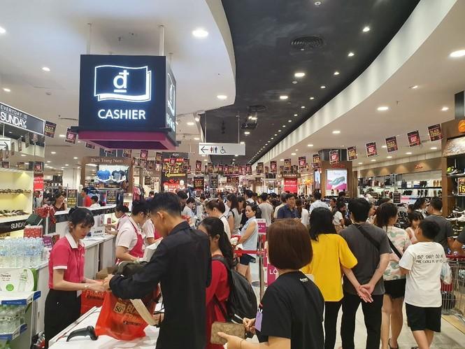 Black Friday: Chen lấn săn hàng giảm giá trong đêm Sài Gòn - ảnh 6