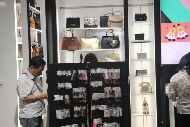Dân sài Gòn 'ngẩn tò te' với hàng giảm giá Black Friday - ảnh 4