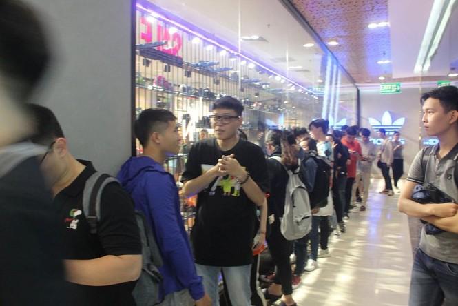 Dân sài Gòn 'ngẩn tò te' với hàng giảm giá Black Friday - ảnh 9