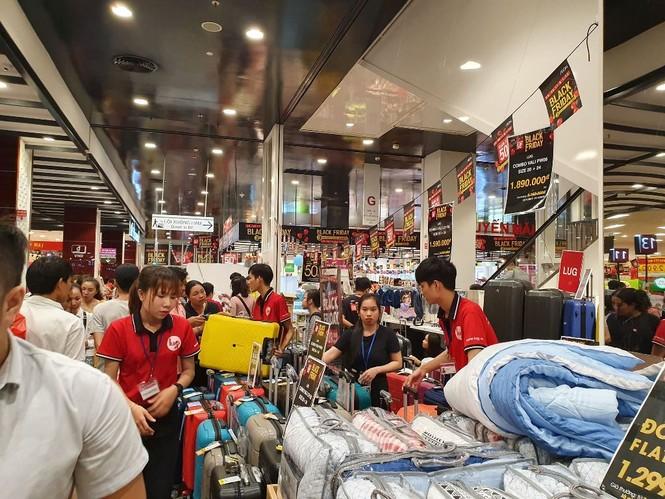 Black Friday: Chen lấn săn hàng giảm giá trong đêm Sài Gòn - ảnh 11